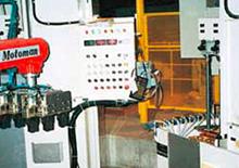 稼働中のロボットと堅型焼入機